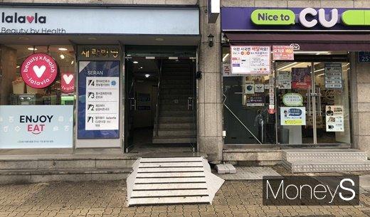 서울 강서구 내발산동에 편의점 제품을 파는 랄라블라 매장과 �y의점 CU가 인접해 있다. /사진=김경은 기자