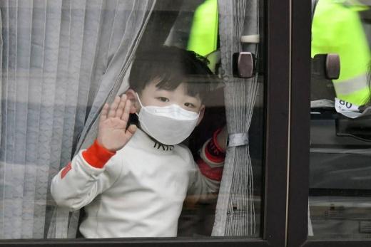 지난달 12일 코로나바이러스 감염증(코로나19)이 발생한 중국 후베이성 우한 교민과 중국인 가족들이 탑승한 버스가 이동하고 있다. /사진=머니투데이 김창현 기자