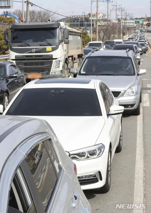 지난 15일 코로나19 확산방지를 위해 강화도 진입 차량 탑승자 발열체크로 경기 김포 대명항로에 초지대교를 향하는 차량이 줄지어 대기하고 있다. / 사진=뉴시스