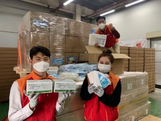 SK하이닉스 직원들이 중국 우시시 정부가 보낸 코로나19 방역 마스크를 들어 보이고 있다. /사진=SK하이닉스