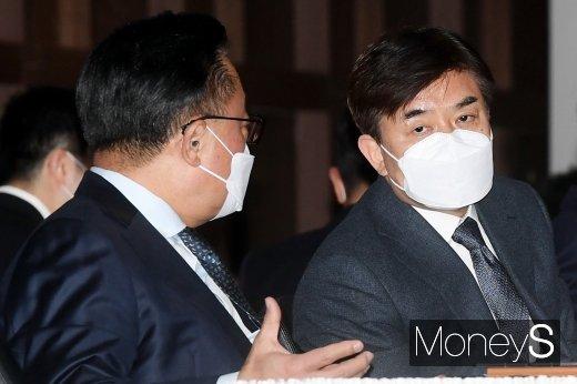 [머니S포토] 삼성전자 주총, 의견 나누는 김현석-고동진 대표이사
