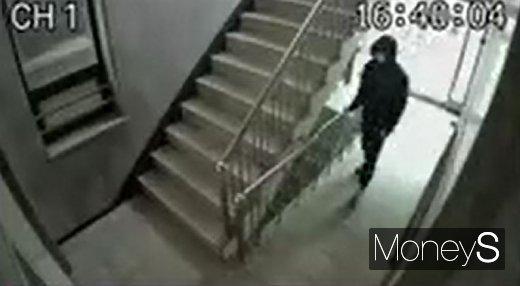 경기 구리에서 한 남성이 지역 내 교회에 침입에 일부러 계단과 화장실 손잡이 등에 자신의 채취를 묻히는 행동이 포착됐다. /사진=독자 제공