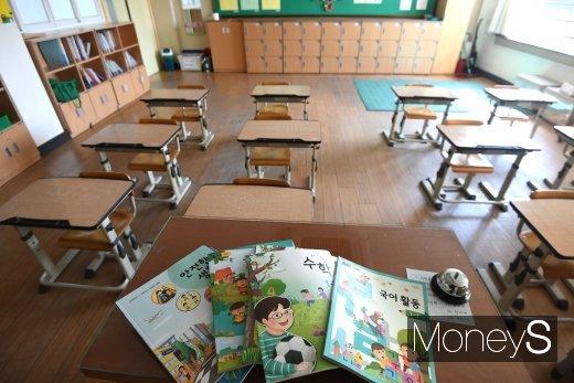 [머니S포토] '사상 최초 4월 개학'…텅 빈 교실