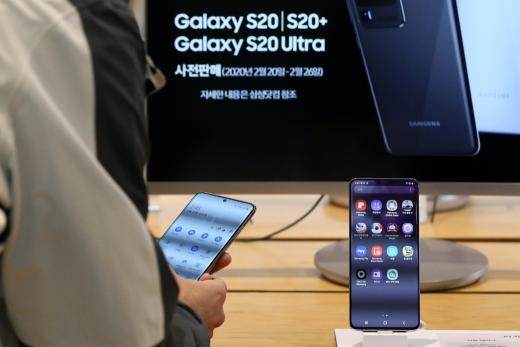 삼성전자가 갤럭시S20 시리즈의 펌웨어를 개발 중인 것으로 알려졌다. 사진은 서울 광화문 KT스퀘어에 전시된 갤럭시S20 시리즈. /사진=뉴스1