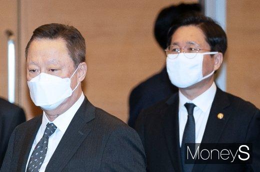 [머니S포토] 제47회 상공의 날, 마스크 착용한 박용만-성윤모