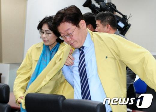 이재명 경기도 지사가 민방위복을 입고있다. /사진=뉴스1