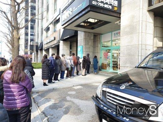 시민들이 서울 중구의 한 약국에서 마스크를 구매하기 위해 줄을 서 있다. /사진=안경달 기자