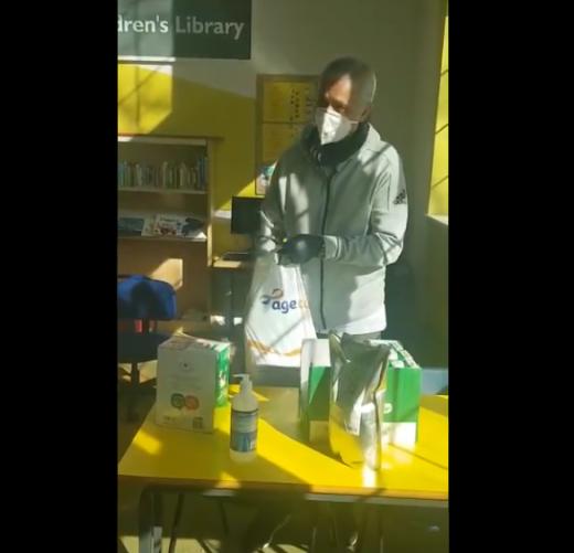 토트넘 홋스퍼의 조세 무리뉴 감독이 코로나19로 집에 있는 노인들을 위해 음식 배달 봉사에 나서고 있다. /사진='러브유어도어스텝' 공식 SNS 영상 캡처