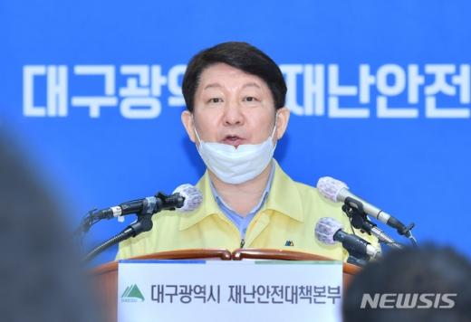 """권영진 대구시장 """"어제 정신병원 15곳, 900여명 직원 전수조사 시작""""(속보)"""