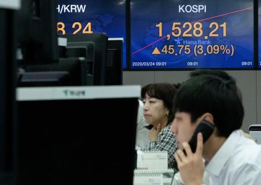 신종 코로나바이러스 감염증(코로나19)으로 유례없는 패닉장세를 겪고 있는 24일 오전 서울 중구 하나은행 명동점 딜링룸에서 딜러들이 업무를 보고 있다. /사진=뉴스1