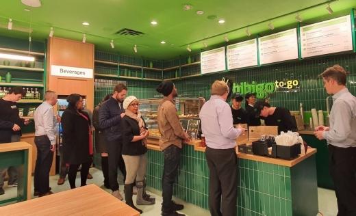 미국 뉴욕 록펠러센터에 오픈한 CJ제일제당 비비고 QSR 매장에서 현지 고객들이 주문을 위해 차례를 기다리고 있다. /사진=CJ제일제당