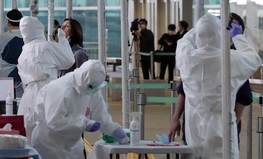 26일 오후 인천국제공항 2터미널 옥외공간에 설치된 개방형 선별진료소(오픈 워킹스루형·Open Walking Thru)에서 영국 런던발 여객기를 이용한 외국인 입국자들이 코로나19 진단검사를 받고 있다./사진=뉴시스