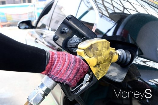 주유소 기름값 10주 연속 하락… 리터당 1300원대
