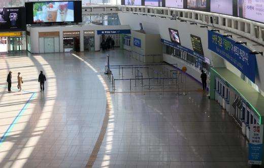 이용객이 급감해 한산한 서울역. /사진=뉴시스 이영환 기자