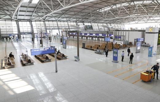 이용객이 급감해 한산한 인천국제공항. /사진=뉴시스 최진석 기자