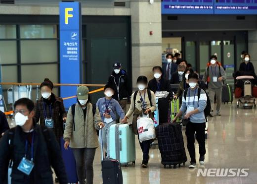 코로나바이러스 감염증(코로나19) 사태로 세계 각국이 교류를 중단시킨 가운데 인천국제공항으로 입국자들이 들어서고 있다. 사진=뉴스1