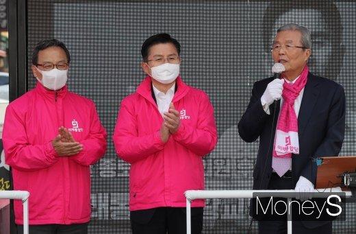 김종인 미래통합당 총괄선대위원장이 지난 6일 오후 서울 종로구 평창동에서 열린 황교안 종로구 후보 선거유세에서 유권자들에게 지지를 호소하는 모습. /사진=장동규 기자