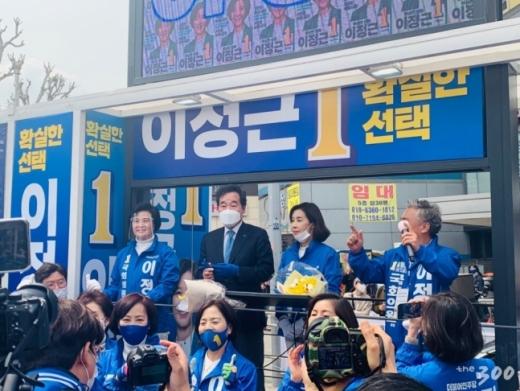서울 종로에 출마한 이낙연 더불어민주당 공동 상임선대위원장이 11일 서초구 후보들의 유세를 지원했다. /사진=머니투데이