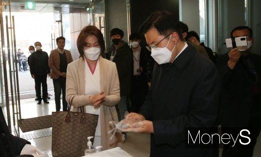 [머니S포토] 황교안 후보 내외, 투표 전 비닐장갑 착용