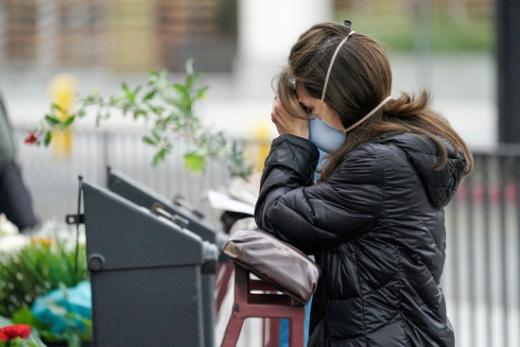 미국 로스앤젤레스에서 한 시민이 마스크를 쓴 채 기도를 올리고 있다. /사진=로이터