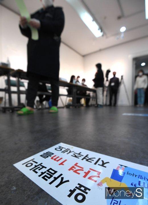 [머니S포토] '사회적 거리두기 투표'