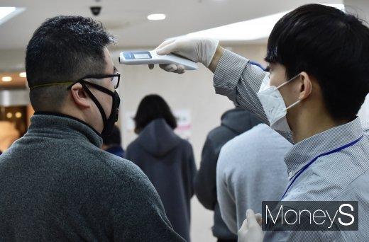 [머니S포토] 제21대 총선 당일, 투표앞서 체온 측정