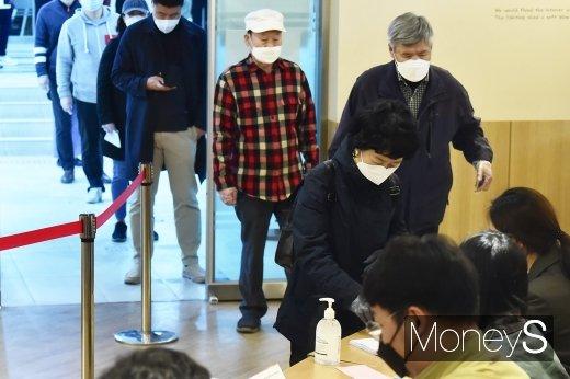 제21대 총선 당일인 15일 서울 종로구 교남동 투표소에서 주민들이 투표를 하기 위해 줄을 서서 입장하고 있다. 사진은 기사와 무관. /사진=임한별 기자