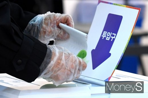 제21대 국회의원 선거가 실시된 15일 오전 서울 종로구 동성고등학교에 마련된 혜화동 제3투표소에서 시민들이 투표를 하고 있다. /사진=장동규 기자
