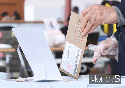 제21대 국회의원선거 사전투표가 시작된 10일 서울 용산구 서울역에 마련된 사전투표소에서 시민들이 투표를 하고 있다. /사진=장동규 기자