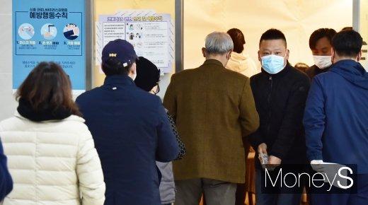 제21대 총선 당일인 15일 서울 종로구 교남동 투표소에서 주민들이 투표를 하기 위해 줄을 서서 입장하고 있다. /사진=임한별 기자