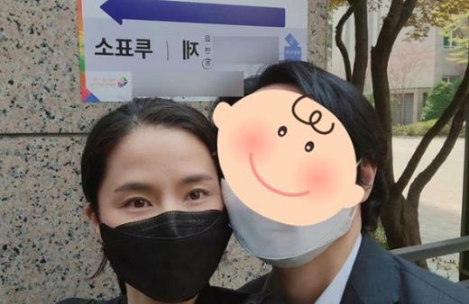 배우 공현주가 15일 자신의 SNS에 남편과 함께 찍은 투표 인증샷을 게재했다. /사진=인스타그램 캡처
