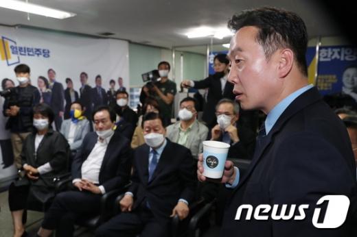 정봉주 열린민주당 공동선대위원장(오른쪽)이 15일 서울 영등포구 여의도 당사에 마련된 제21대 국회의원선거 개표상황실에서 출구조사 결과를 지켜보고 있다. /사진=뉴스1