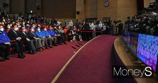 [머니S포토] 제21대 총선, 개표방송 바라보는 민주당