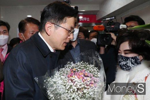 [머니S포토] 꽃다발 받는 황교안