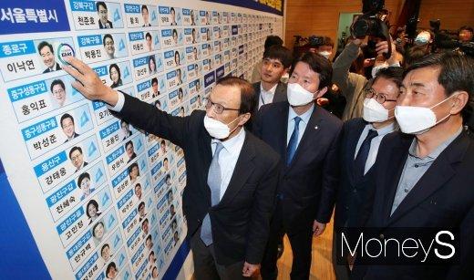 [머니S포토] 제21대 총선 당선 스티커 붙이는 민주당 지도부