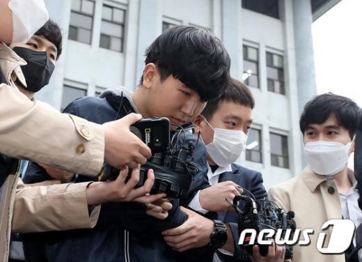 여성 성착취 영상을 제작·배포한 텔레그램 '박사방' 운영자 조주빈(25)의 공범으로 알려진 '부따' 강훈(19)의 얼굴이 17일 공개됐다. /사진=뉴스1