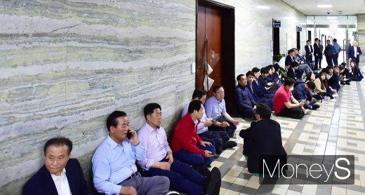 지난해 4월26일 오전 2시30분쯤 국회에서 의안과 출입을 가로막은 자유한국당 보좌진들과 진입을 시도하던 국회 방호과 직원들이 대치하는 과정에서 출입문이 파손되는 등 파행이 벌어졌다. /사진=임한별