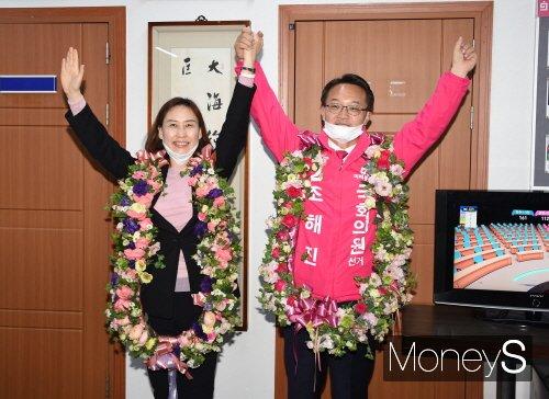 미래통합당 조해진 당선인이 부인과 함께 지지자들의 축하를 받으며 인사하고 있다. /사진=조해진 캠프