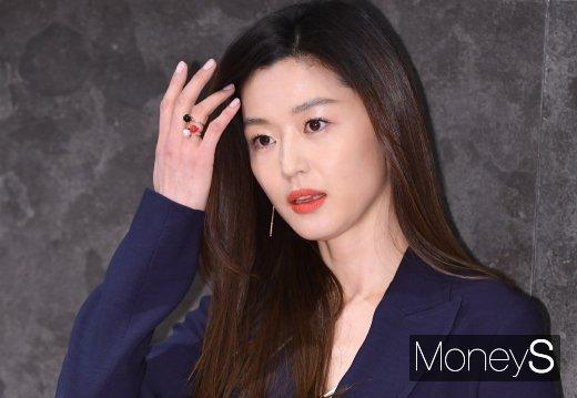착한 건물주 과장 의혹에 휩싸인 배우 전지현이 결국 해명에 나섰다. /사진=장동규 기자