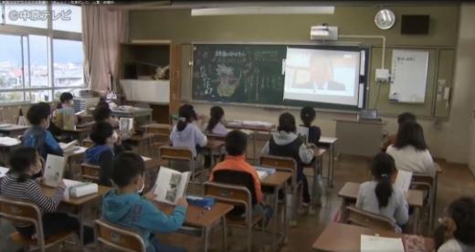일본 일부 지역에서도 신종 코로나바이러스 감염증(코로나19) 확산 방지를 위한 '온라인 개학'이 도입된 가운데 온라인 개학식 풍경을 담은 사진이 온라인상에서 화제가 되고 있다. /사진=주쿄테레비뉴스 영상 캡처