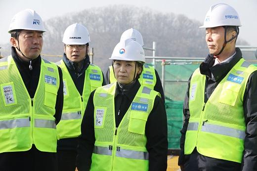 올해 코로나 사태로 인한 건설투자가 감소할 전망인 가운데 민간부문 침체가 더욱 두드러질 것으로 보인다. 사진은 김현미(오른쪽에서 두번째) 국토부 장관이 건설공사 현장을 둘러보는 모습. /사진=머니투데이
