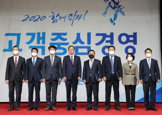 이동빈(왼쪽 네번째) Sh수협은행장이 17일 서울 송파구 본사에서 열린 '2020년 2분기 Sh수협은행 경영전략회의'에서 1분기 성과 우수영업점장 및 직원들에게 시·포상을 하고 있다. /사진제공=수협은행