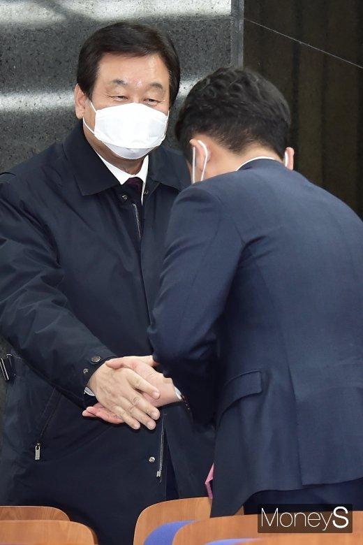 [머니S포토] 통합당 의총, 인사 나누는 김무성
