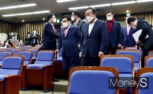 [머니S포토] 의원총회 들어서는 심재철과 김재원