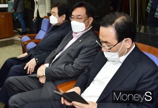 [머니S포토] 통합당 의원총회 참석한 김무성·정진석·주호영