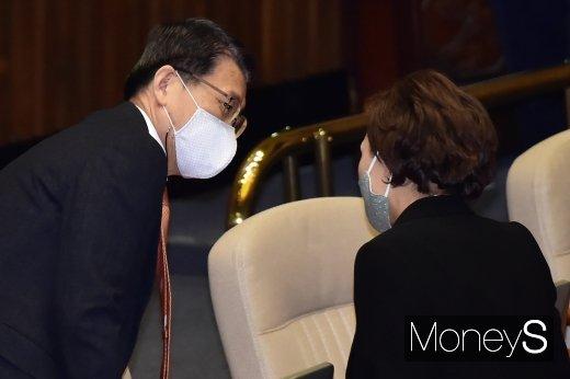 [머니S포토] 추경안 시정연설, 의견 나누는 은성수-김현미