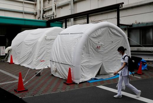 일본 도쿄의 한 병원에 설치된 선별진료소 앞을 의료진이 지나고 있다. /사진=로이터