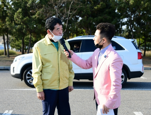 윤화섭 안산시장이 24일 대부도 시화나래휴게소에서 열린 착한소비행사에서 인터뷰를 하고 있다. / 사진제공=안산시