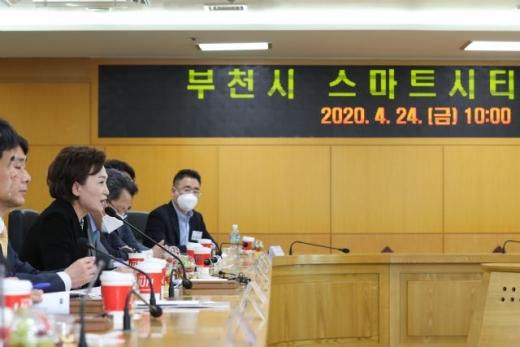 김현미 국토교통부 장관(왼쪽 세번째)이 부천 상살미 마을을 방문해 부천 스마트시티 챌린지 사업 관련 업계 관계자들과 의견을 나누고 있다. / 사진제공=부천시