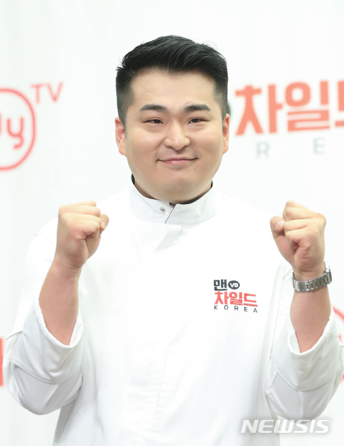 연인 김유진 PD의 학교폭력 의혹으로 방송에서 하차했던 이원일 셰프(사진)가 KBS 2TV 예능프로그램 '신상 출시 편스토랑'에 편집없이 등장했다. /사진=뉴시스